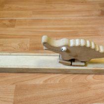 Dřevěná rampa schodícím krokodýlem