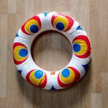 Nafukovací kruh sbarevnými pruhy