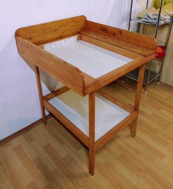 Dřevěný přebalovací pult Ikea