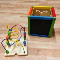 Dřevěná interaktivní kostka slabyrintem