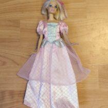 Barbie vrůžových šatech