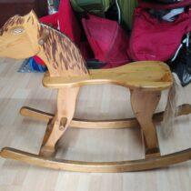 Velký dřevěný houpací kůň